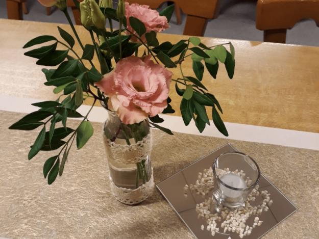 Blumdeko auf Tisch